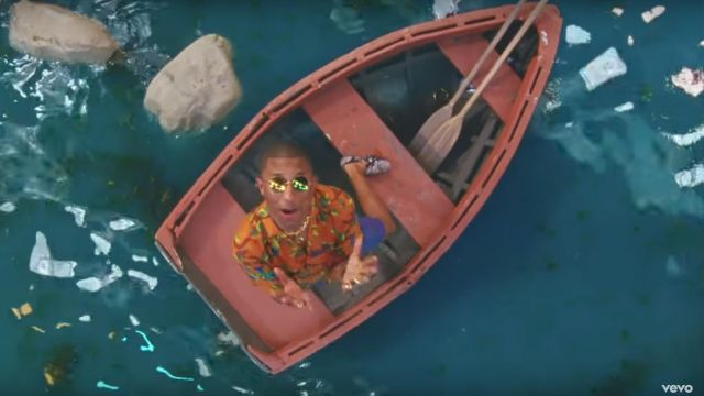 The glasses of the suns round and golden and Pharell Williams in the clip Feels Calvin Harris - Youtube Outfits and Products