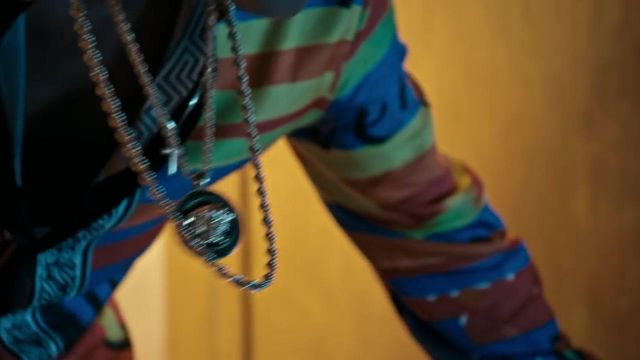 The golden necklace Versace Bruno Mars in his clip, 24K Magic - Youtube Outfits and Products