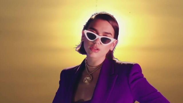 The golden necklace Versace of Dua Lipa in the clip One Kiss - Youtube Outfits and Products