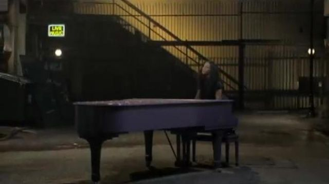 The grand piano of Alicia Keys in the clip No one - Youtube Outfits and Products