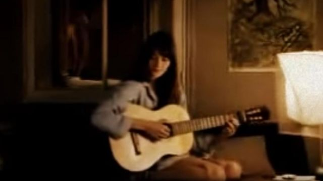 The guitar Carla Bruni years the clip Somebody told me - Youtube Outfits and Products