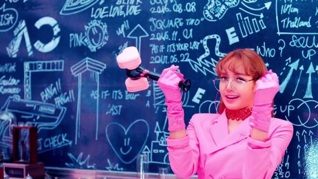 The hammer with a pink heart of Lisa in the clip DDU DU DDU-THE of BLACKPINK - Youtube Outfits and Products
