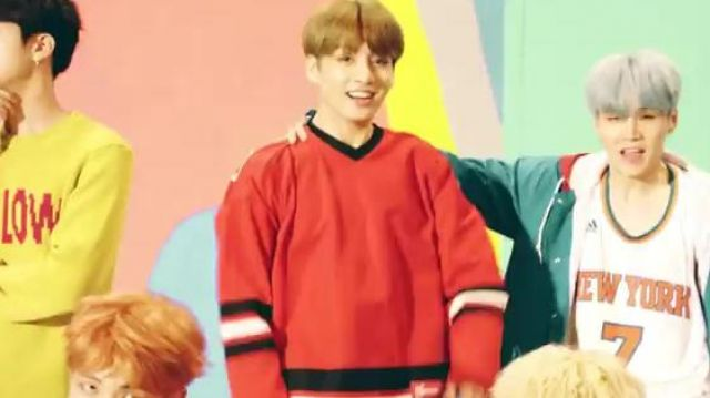 """The hockey shirt Supreme """"Freaky"""" to JungKook in the clip D. N. A. of BTS - Youtube Outfits and Products"""