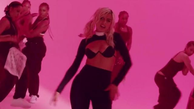 The leather collar Zana Bayne of Bebe Rexha in her video clip No Broken Heats ft. Nicki Minaj - Youtube Outfits and Products