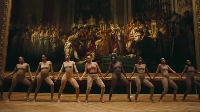 The legging plaid beige Burberry wide belt from Beyoncé in the clip APES**T of The Housings - Youtube Outfits and Products
