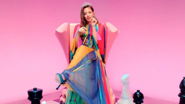 The multicolored dress of Jennie Kim in the clip DDU-DDU-THE of BLACKPINK - Youtube Outfits and Products