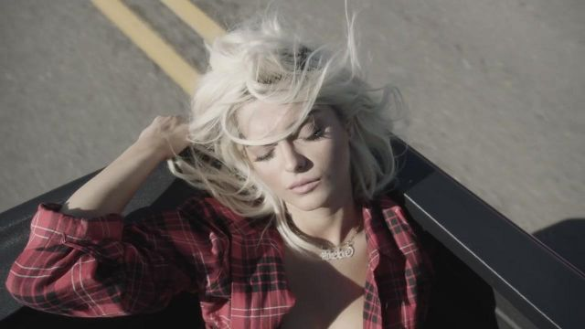 The necklace bebe of Bebe Rexha in her video clip Meant to Be - Youtube Outfits and Products