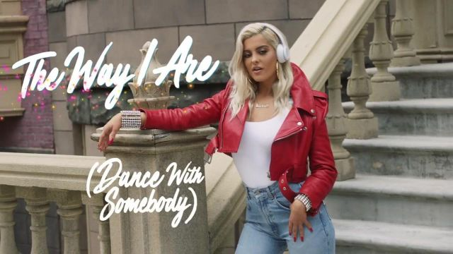 The necklace bebe of Bebe Rexha in her video clip The Way - Youtube Outfits and Products