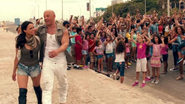 The necklace pendant of Michelle Rodriguez in the clip Hey Ma Pitbull & J Balvin
