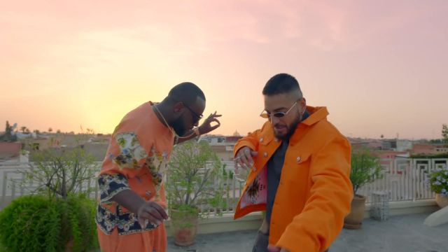 The orange vest of Maluma in her video clip Hola Señorita (Maria) with Gims - Youtube Outfits and Products