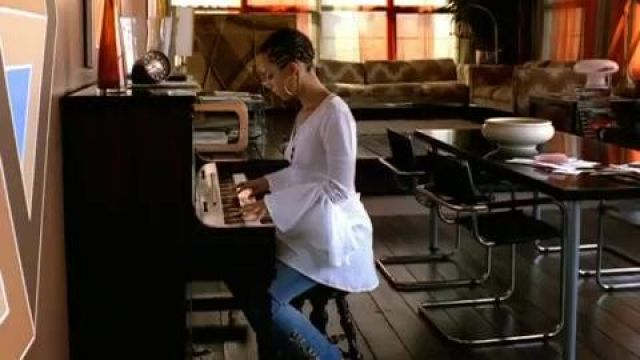 The piano Alicia Keys in the clip A woman's worth - Youtube Outfits and Products
