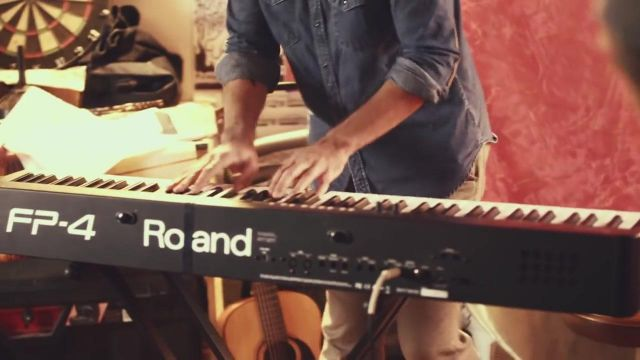 The piano Roland fp seen in the clip Call me maybe of Carly Rae Jepsen - Youtube Outfits and Products
