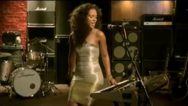 The piano of Alicia Keys in the clip No one - Youtube Outfits and Products