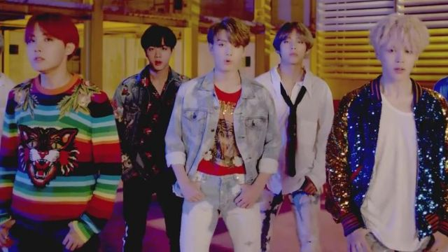 """The red t-shirt Gucci """"Loved"""" to Jungkook in the clip D. N. A. of BTS - Youtube Outfits and Products"""