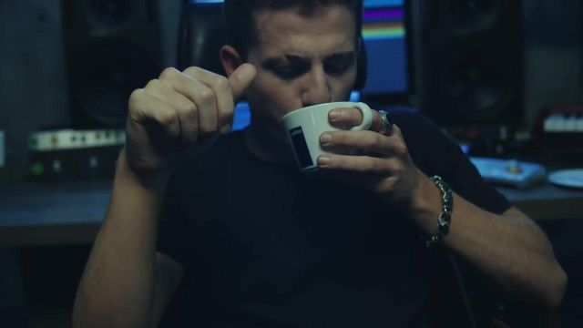 The ring Emanuele Bicocchi Charlie Puth in her video clip Attention - Youtube Outfits and Products