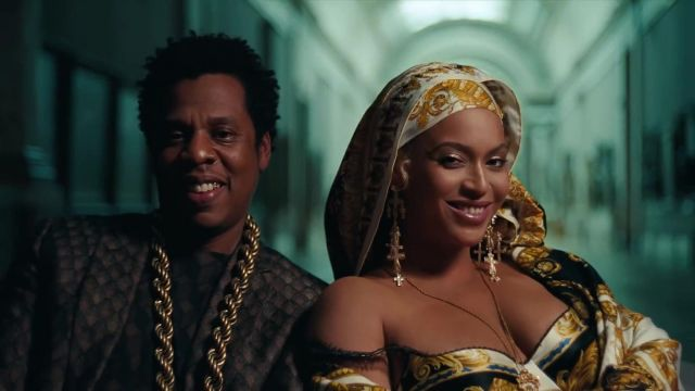 The scarf print baroque Versace to Beyoncé in her video clip APES**T - THE CARTERS - Youtube Outfits and Products