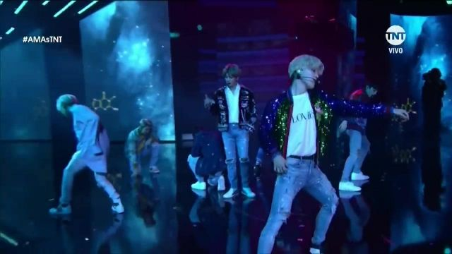 """The -shirt """"Lovers"""" of Jimin in BTS it AMA''s Performing DNA - Youtube Outfits and Products"""