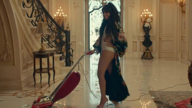 The shoes pink Camila Cabello in her video clip Liar - Youtube Outfits and Products