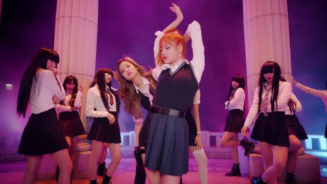 The skirt open pleated Lisa in the clip As If It's Your Last of BlackPink - Youtube Outfits and Products