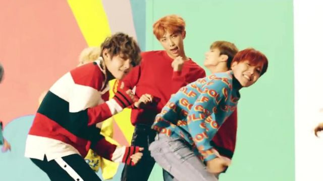 The sweat tricolor Gucci in the clip DNA of BTS - Youtube Outfits and Products
