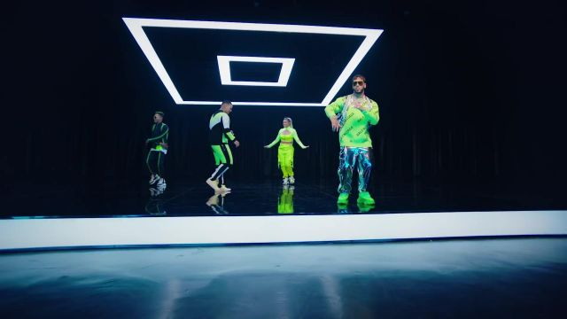 The sweater Balenciaga of Anual AA in her video clip China avecDaddy Yankee, Karol G, Ozuna & J Balvin - Youtube Outfits and Products