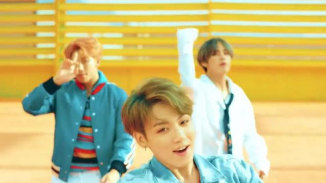 The sweater multi-colored stripe J. W. Anderson in the clip DNA of BTS - Youtube Outfits and Products