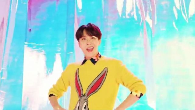 The sweater yellow Bugs Bunny Gucci to J-Hope in BTS (방탄소년단) 'IDOL' Official MV - Youtube Outfits and Products