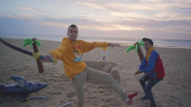 The sweatshirt hoody yellow Thrasher of Oli in the clip For a friend of BigFlo and Oli - Youtube Outfits and Products