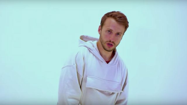 The sweatshirt white hoody Maxenss in the clip Magma VSO