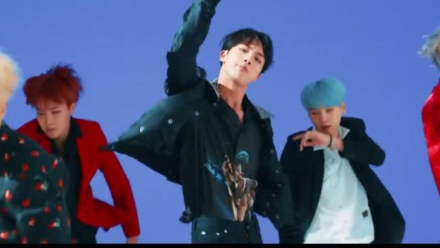 """The t-shirt """"Alfa"""" Palm Angels by Jin in the clip D. N. A. of BTS - Youtube Outfits and Products"""