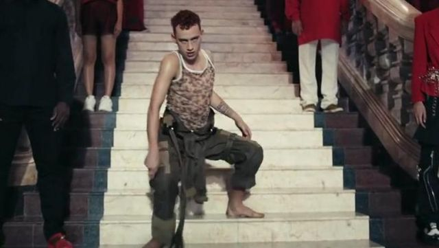 The tank top camouflage of Olly Alexander in the video clip Sanctify of Years & years