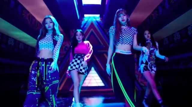 The tracksuit pants Adidas stripe neon Lisa in the clip THE-OF OF-THE of Blackpink - Youtube Outfits and Products