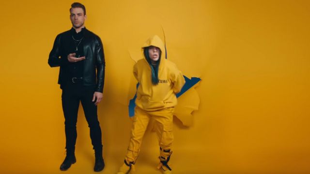 The tracksuit pants yellow Billie Eilish in her video clip Bad Guy - Youtube Outfits and Products