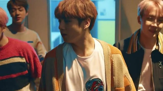 Fashion Trends 2021: The white t-shirt MSGM in the clip Spring Day BTS