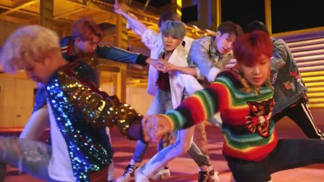 """The wool sweater """"Tiger"""" Gucci outfit worn by J-Hope in the clip DNA of BTS - Youtube Outfits and Products"""