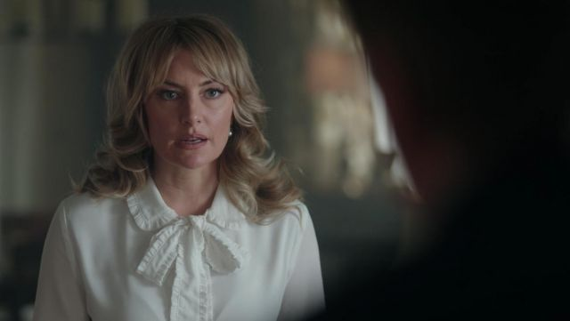 Fashion Trends 2021: White blouse with bow tie of Alice Cooper (Mädchen Amick) seen in Riverdale Season 2E12