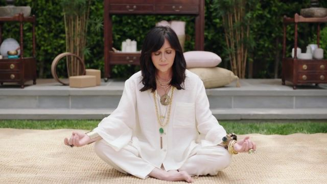 White linen yoga pants of Shannen Doherty in Beverly Hills, 90210 - TV Show Outfits and Products