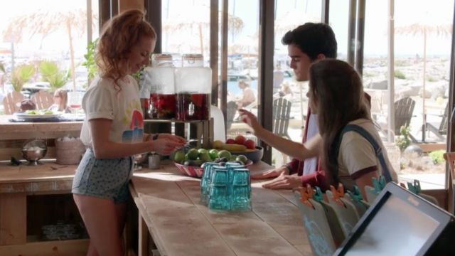 White t-shirt Paloma outfit worn by the waitress Sofia (Marie-Clotilde Ramos Ibanez) seen in A great sun Season 1 Episode 2 - TV Show Outfits and Products