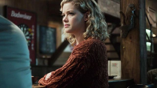Wool sweater brown Jackie Torrance (Jane Levy) seen in Castle Rock