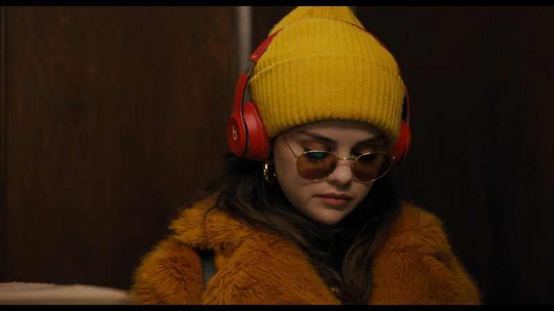Fashion Trends 2021: Yellow Beanie Hat of Selena Gomez as Mabel in Only Murders in the Building